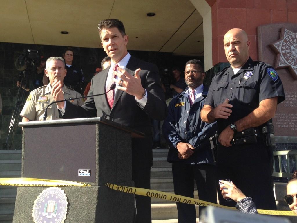 Habla David Bowdich, director asistente del FBI en LA. A su izquierda está el jefe de la Policía de San Bernardino