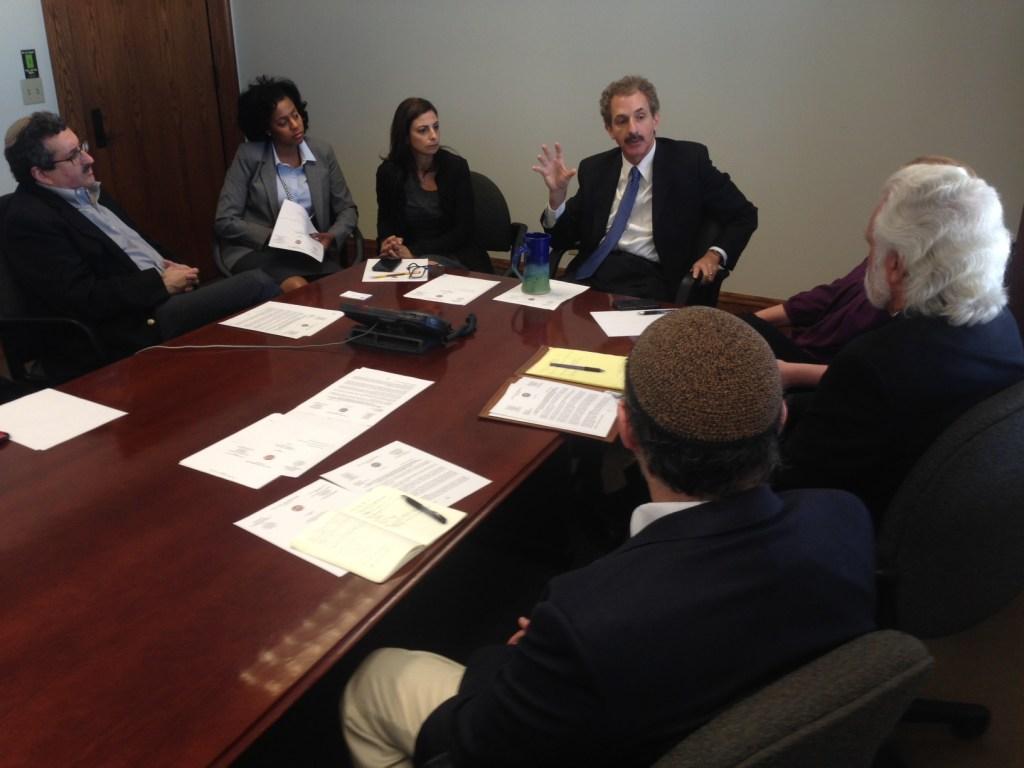 El procurador Mike Feuer en un encuentro con dirigentes religiosos en LA.