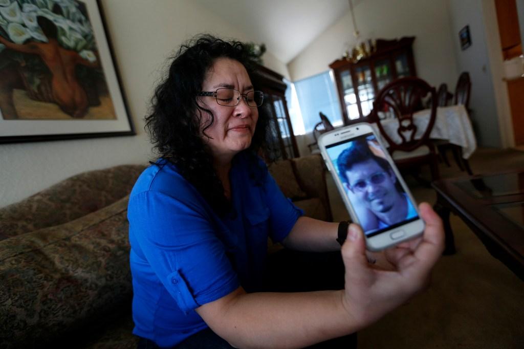 Sandra Mendoza, viuda de Juan Espinoza, muestra la imagen de su esposo víctima de la masacre en San Bernardino.