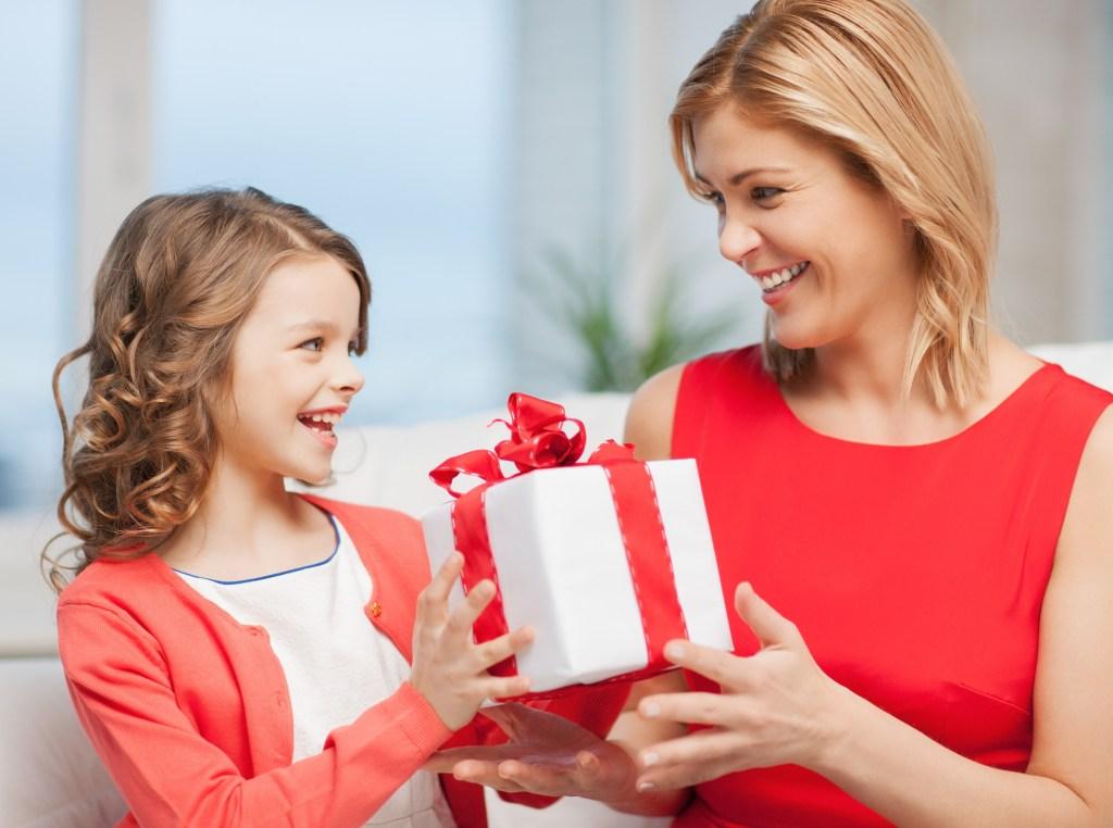 Al recibir un regalo o cumplido, los menores deben aprender que deben decir, 'gracias'.