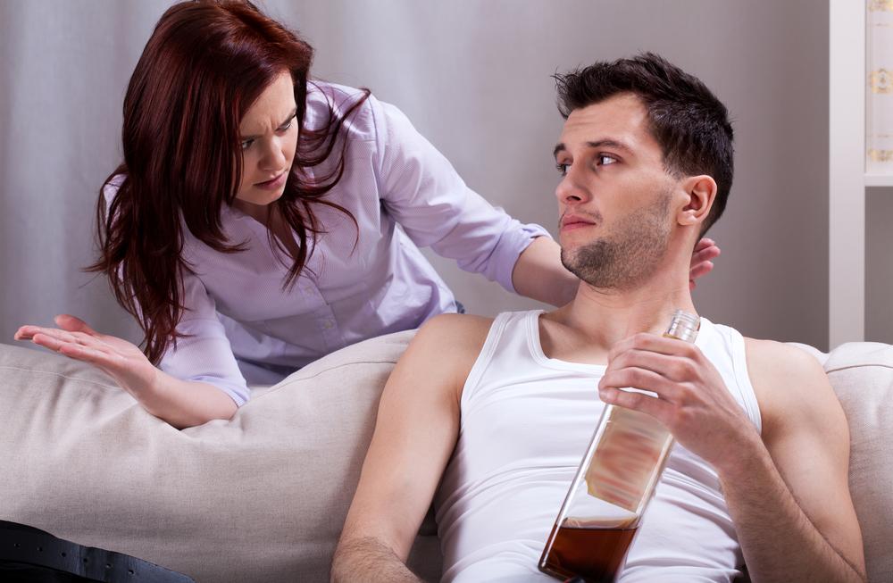 No es bueno conversar sobre los problemas cuando algún miembro de la pareja se encuentre bajo los efectos del alcohol./Shutterstock.