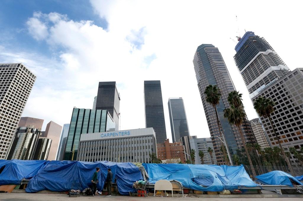 Cada vez son más los latinos que acampan en las calles angelinas.