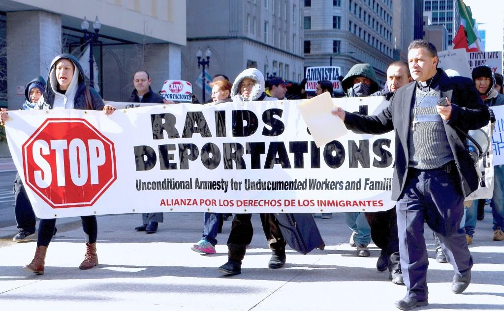 Activistas e inmigrantes han salido a las calles de Chicago para pedir que paren las redadas y cesen las deportaciones.