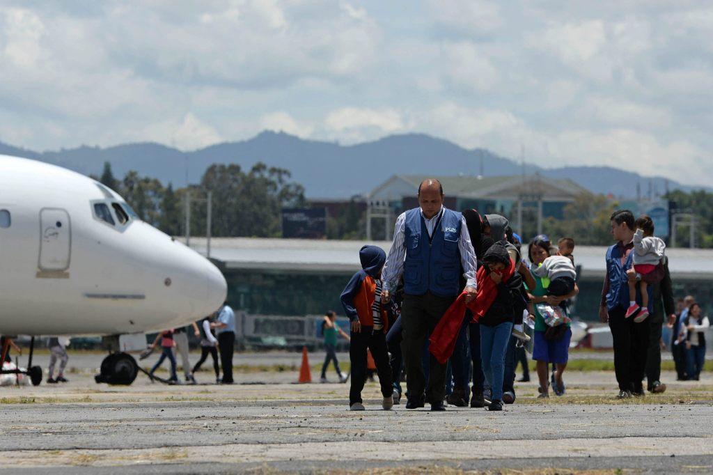 Un grupo de niños deportados de EEUU arriba a Ciudad de Guatemala.