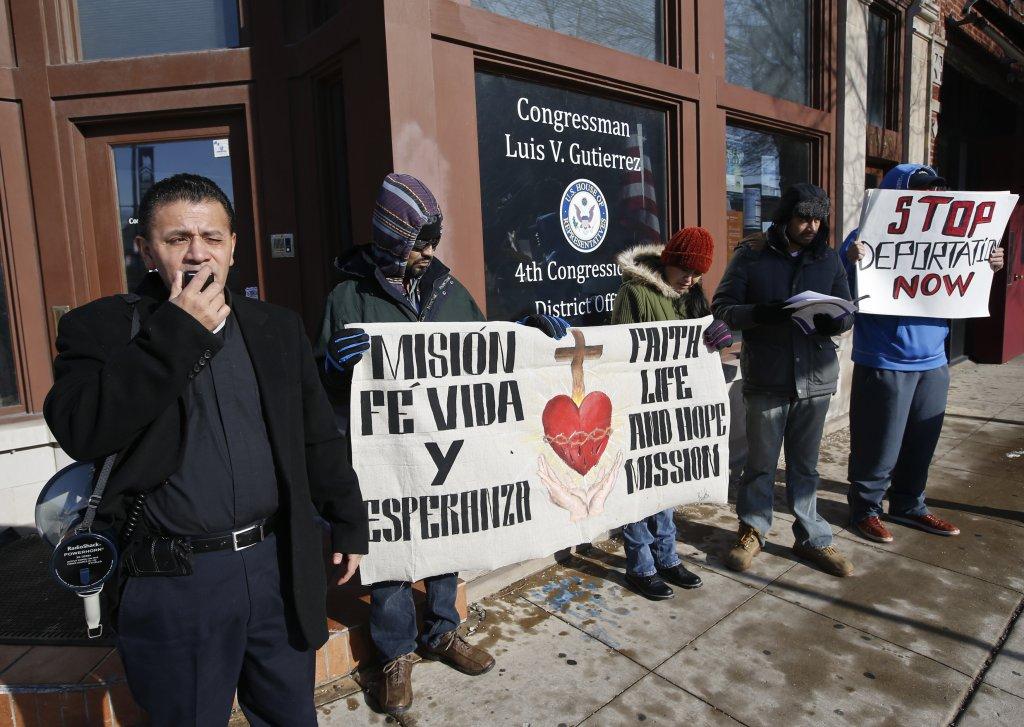 El padre José Landaverde y activistas de la Misión Fe, Vida y Esperanza protestan contra las nuevas redadas de inmigración frente a la oficina del congresista Luis Gutiérrez en Chicago.