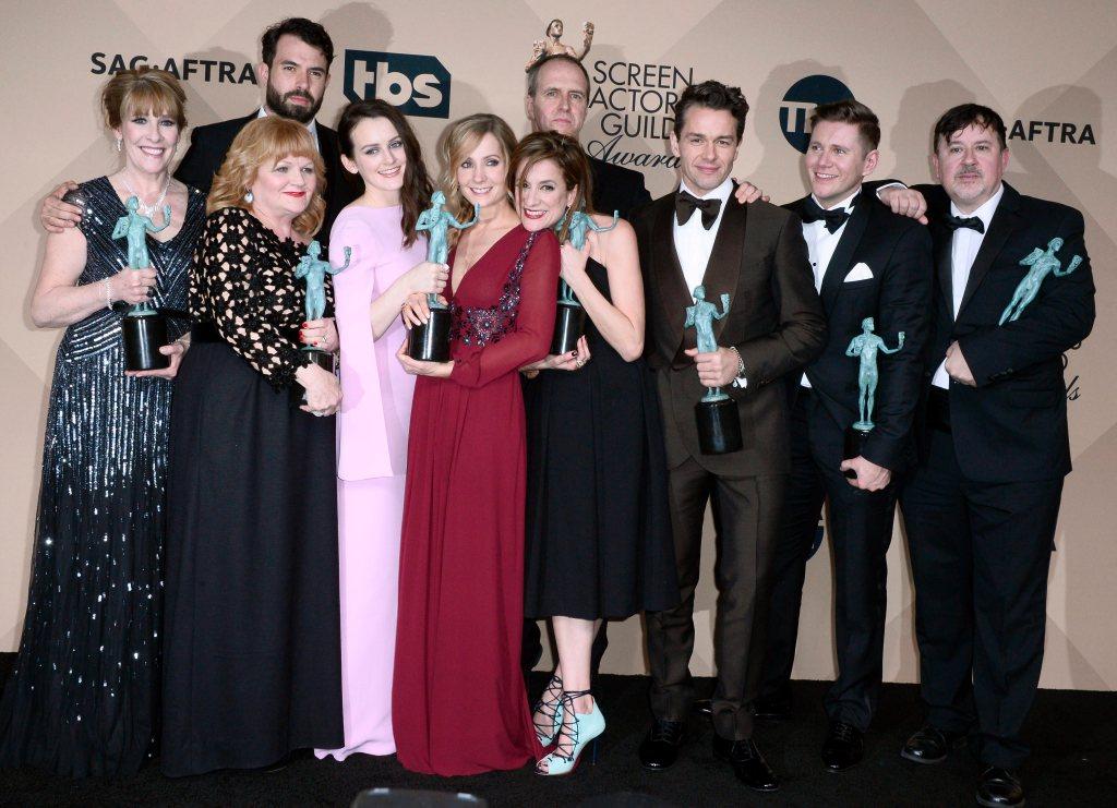 """Los miembros del elenco de 'Downton Abbey' posan con el premio SAG por """"Mejor Interpretación de un Reparto en una Serie Dramática"""". Foto: EFE"""