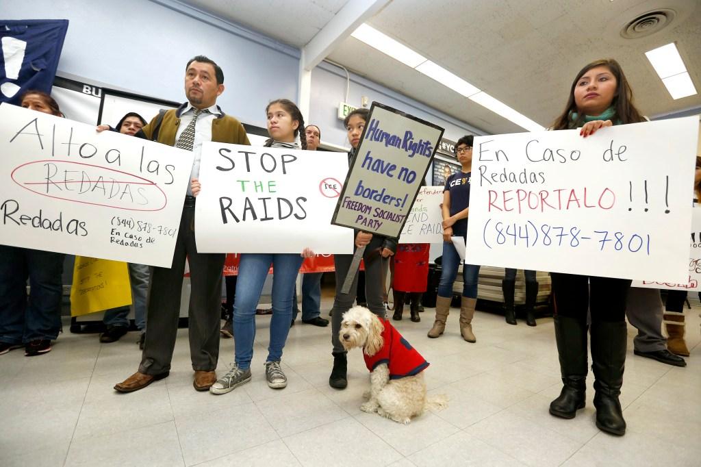 Durante una conferencia de prensa, activistas exigieron el cese de redadas masivas en EEUU.