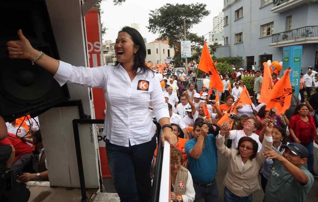 La líder del partido Fuerza Popular, Keiko Fujimori, saluda a sus simpatizantes.