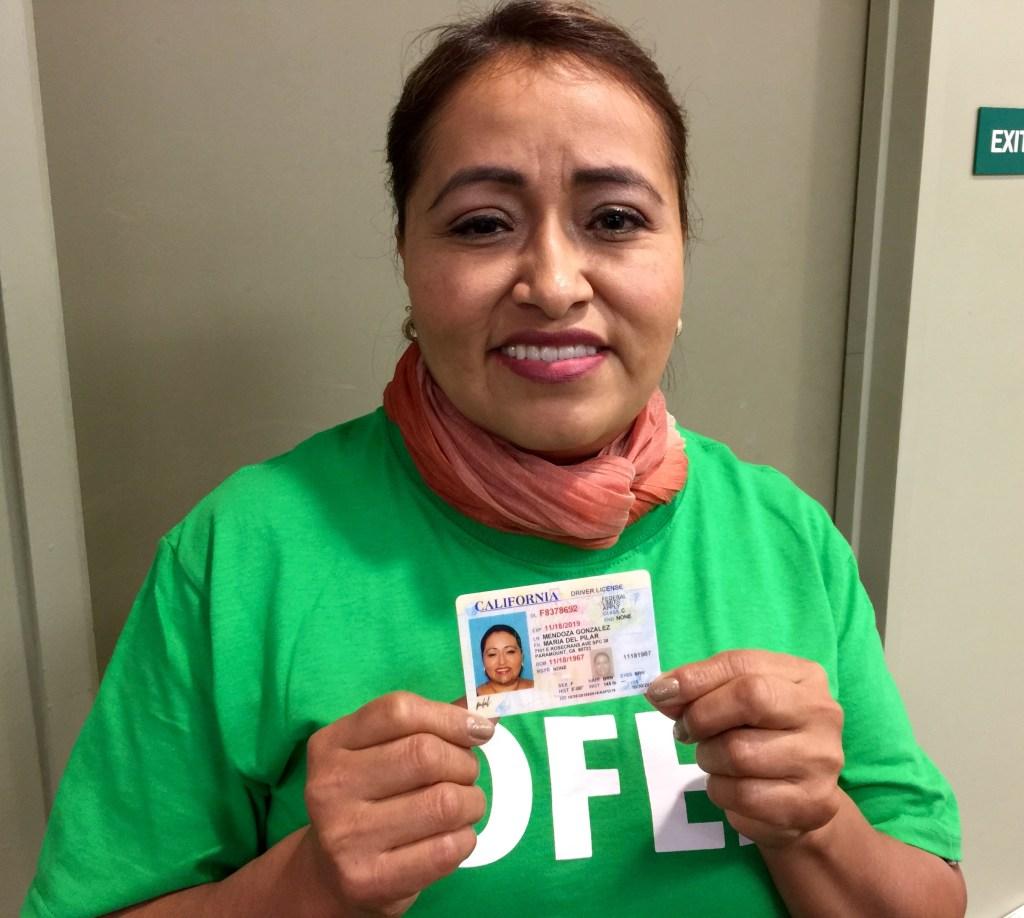 Pilar Mendoza quien tras una espera de 11 meses recibió en noviembre su licencia de manejo AB60, llamó a no dejarse intimidar por las redadas. (Araceli Martinez/La Opinión).