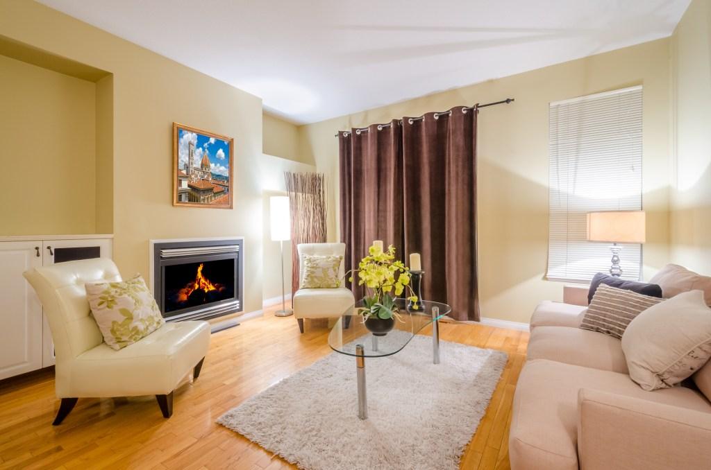 Los tapetes que pequeños para el espacio de la sala deben ubicarse debajo de la mesa de centro y ubicarse centrado con los muebles.