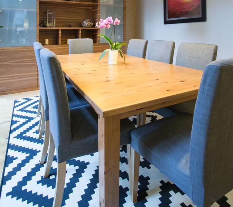 El tapete del comedor debe tener de tres a cuatro pies más (de lado y lado) que el tamaño de la mesa.