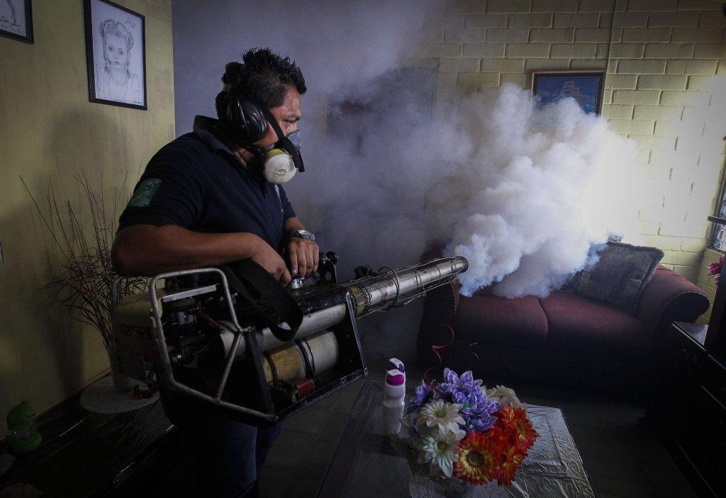Países de Latinoamérica y el Caribe, como Brasil y Puerto Rico, buscan frenar el virus con la fumigación.