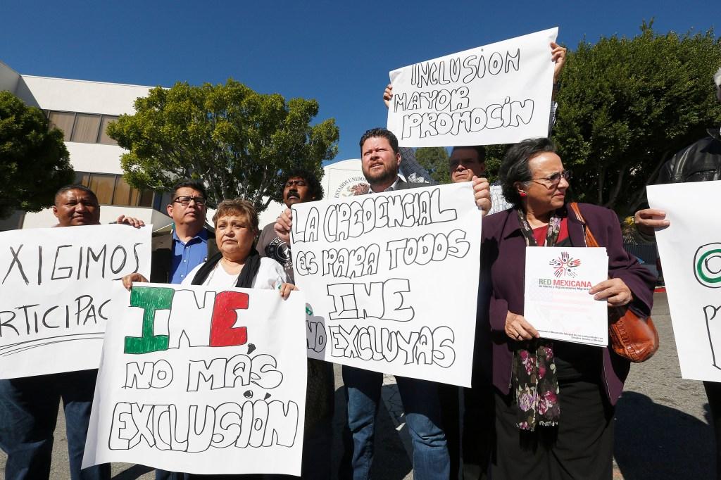 A las afueras del Consulado en LA, varios activistas protestaron la nueva medida del INE.