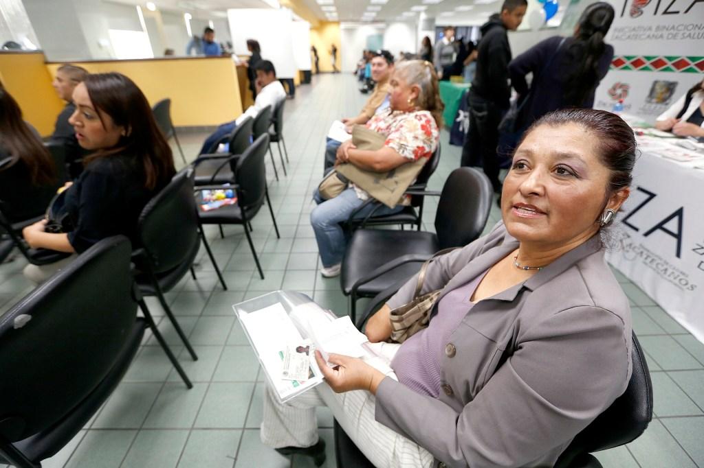 Mexicanos acuden al Consulado General de México en Los Ángeles para solicitar su credencial.