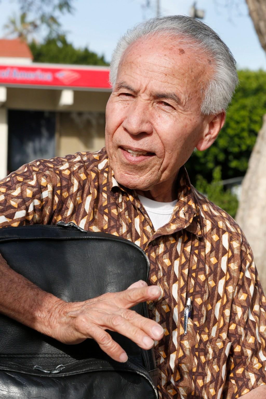 Pese a tener un permiso de trabajo, Raul Reyes, lleva 27 años sin viajar a su país. /Aurelia Ventura