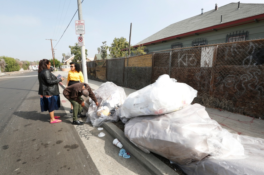 02/29/16 /LOS ANGELES /(left to right) South Los Angeles neighbors Kirk Edmond, ÒCookieÓ June Richard and Ruth Morales are joining forces to speak out on the illegal dumping, prostitution, drugs and homeless encampments in their neighborhood. (Photo by Aurelia Ventura/La Opinion)