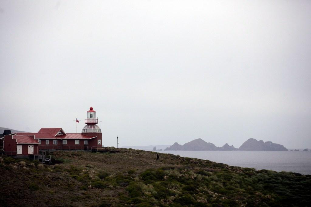 El faro ubicado en la Isla de Hornos, donde vive el sargento de la Armada de Chile José Aguayo junto a su familia.