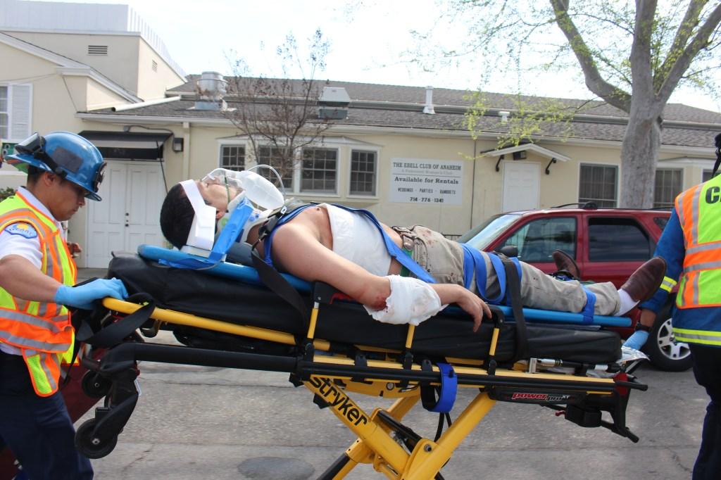 Uno de los heridos en la manifestación del KKK en Anaheim es llevado al hospital.