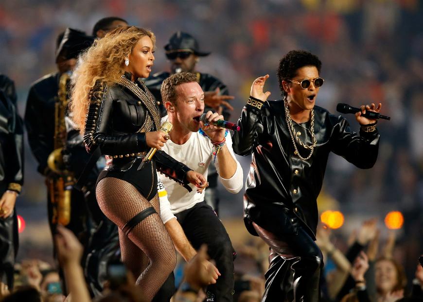 Chris Martin (centro), de Coldplay, y Bruno Mars se unieron a Beyoncé para un número final.