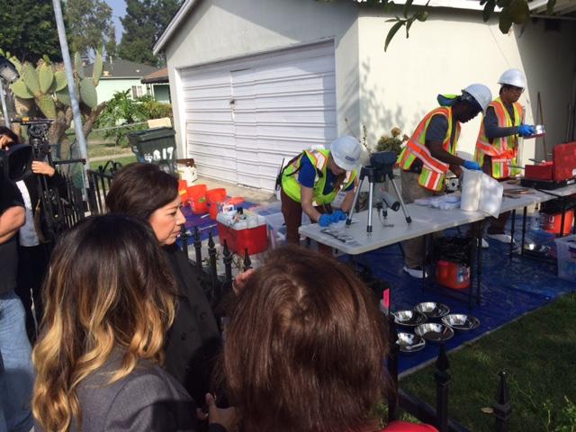 La supervisora del condado Hilda Solís revisa las tareas de inspección de casas contaminadas por Exide. /Suministrada