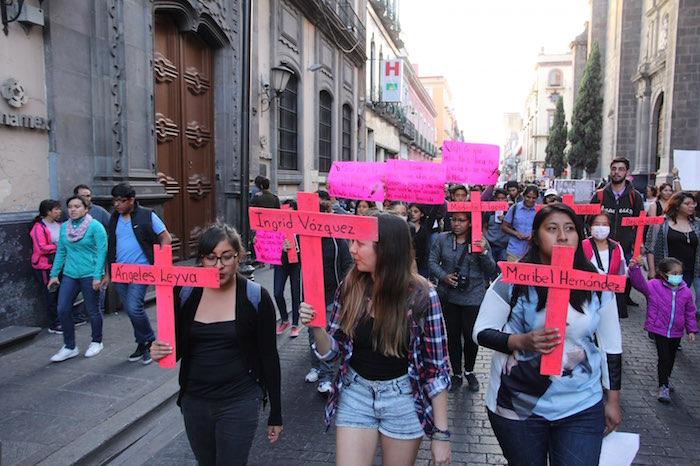 Cientos de personas se sumaron a la marcha para exigir justicia por los feminicidios en Puebla.
