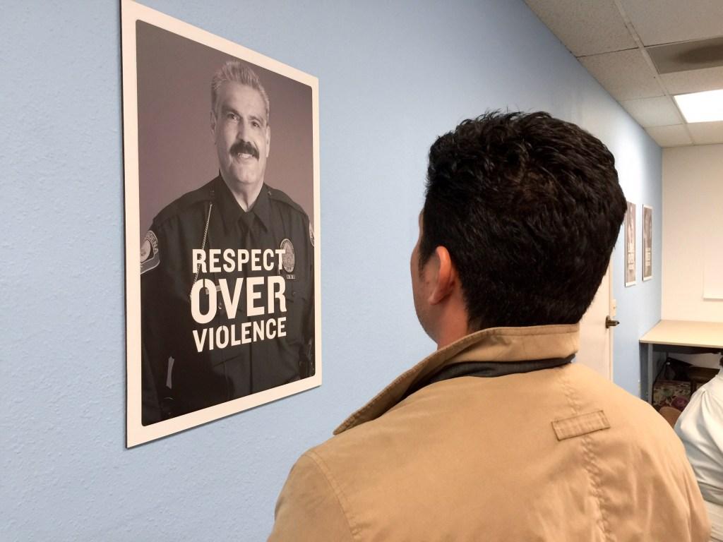 A algunos hombres víctimas de violencia doméstica, su religión y el amor que aún sienten por sus parejas les impide salir de una relación abusiva. (Araceli Martínez/La Opinión).