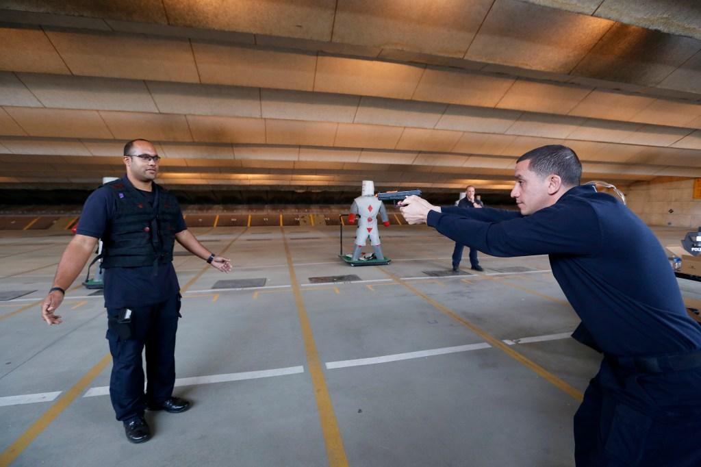 LAPD muestra a medios de comunicación el proceso para investigar los tiroteos policiales. (Foto Aurelia Ventura/La Opinion)