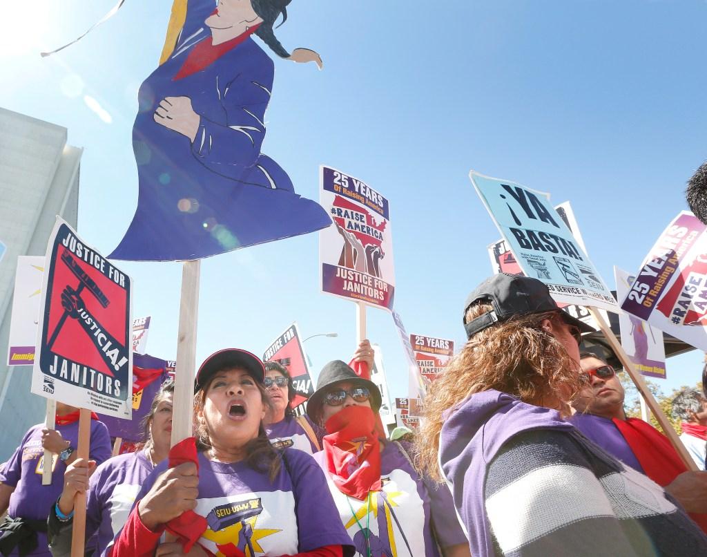 03/08/16 /WESTWOOD/ Cientos de trabajadores de la limpieza marchan en Westwood por las condicones laborales que enfrentan. ÒÁYa basta!Ó, gritaban pediendo que termine el maltrato en una industria plagada de acusaciones de abuso, acoso y hasta agresiones sexuales. (Photo Aurelia Ventura/La Opinion)