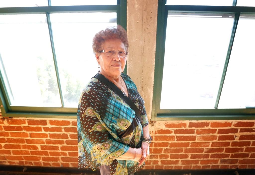 Juana Díaz da gracias a CARECEN por ayudarle a convertirse en ciudadana. Ella tomó el examen en español. (Foto Aurelia Ventura/ La Opinion)