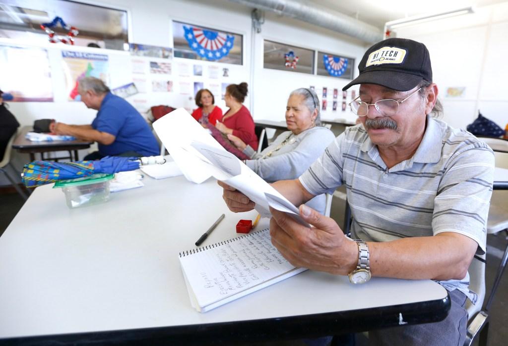 Dependiendo de tu edad y la cantidad de años que hayas sido residents, puedes hacer el examen de ciudadanía en español.