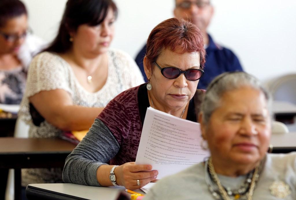 El costo del trámite, la falta de inglés impide que muchos centroamericanos se naturalicen. (Foto Aurelia Ventura/ La Opinion)