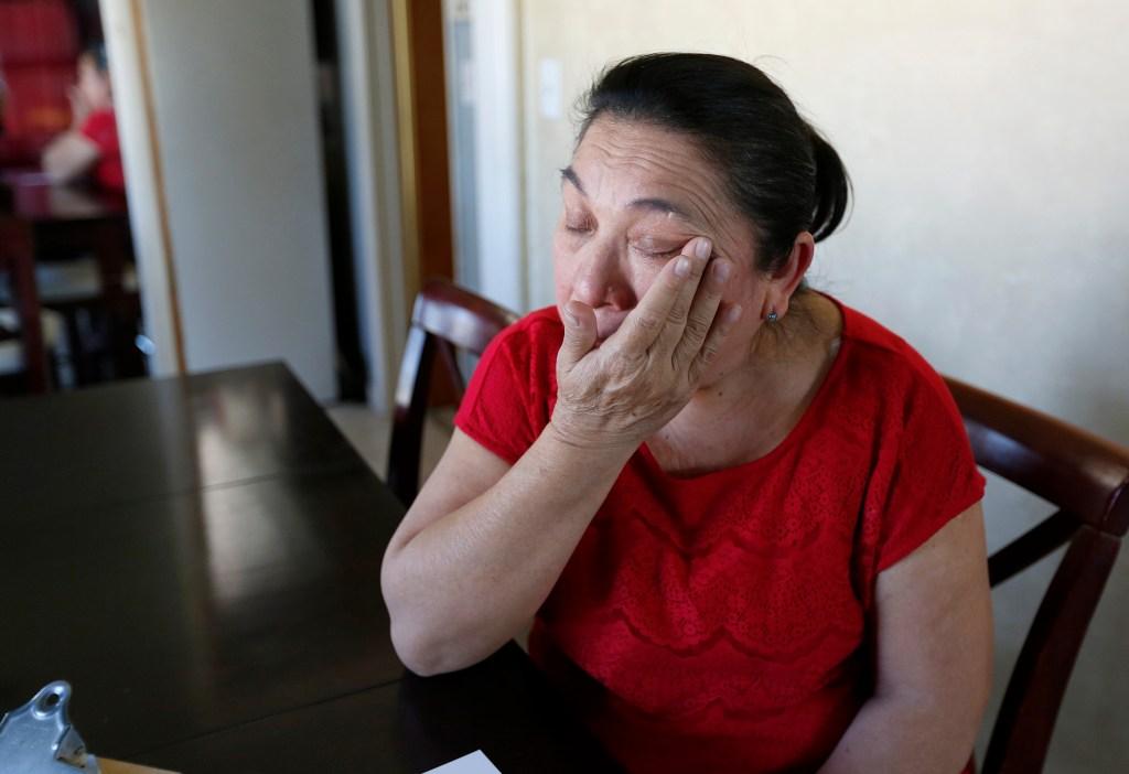 Mercedes Caamal, llora de angustia ante el posible desalojo en su casa de Rialto. (Photo Aurelia Ventura/La Opinion)