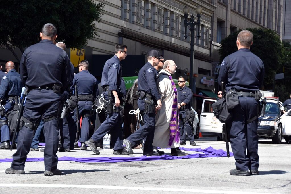 arios líderes religiosos de diversas confesiones y activistas fueron arrestados por desobediencia civil hoy, luego de realizar una protesta en Los Ángeles, California. Foto: EFE