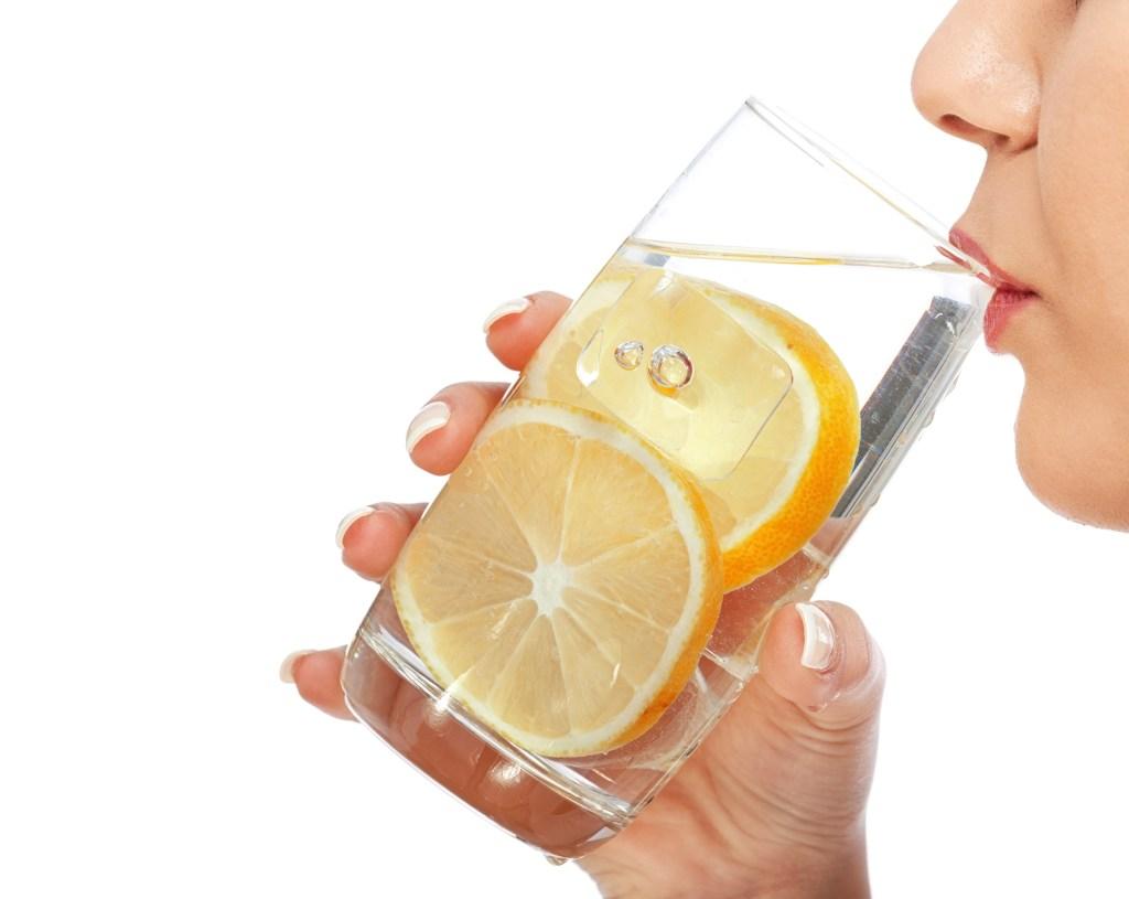 El agua de limón ayuda a eliminar la halitosis causada por el consumo de ciertos alimentos como el ajo, la cebolla o el pescado.