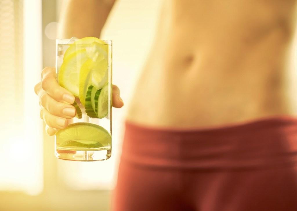Por ser un fruto alcalino, el limón estimula el metabolismo y por, ende, ayuda a adelgazar.