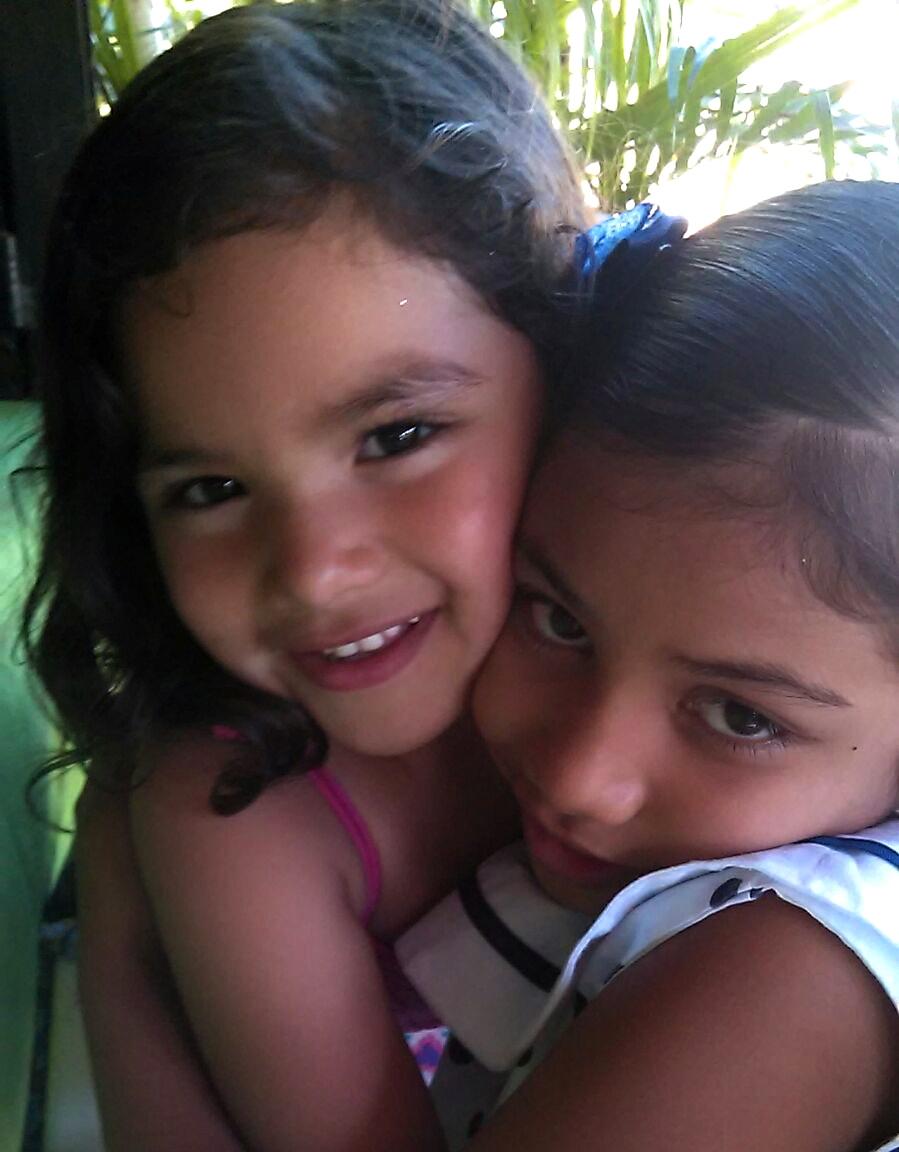 Nayeli López junto con su hermana Judith, a quien conoció ese día.j