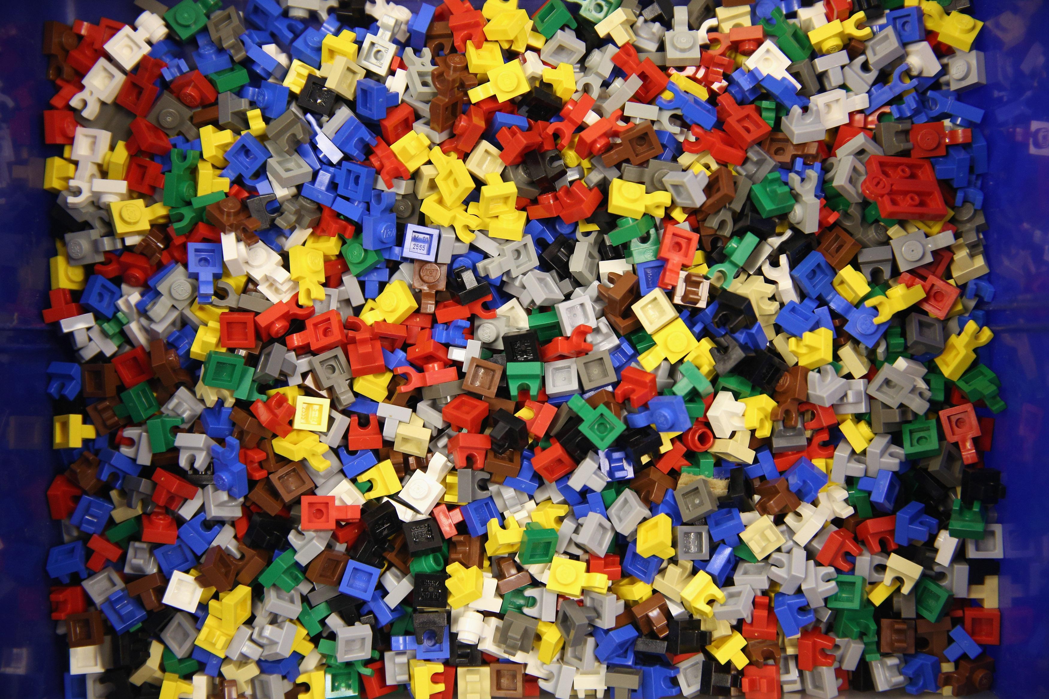 Seg��n la Policía, el padre obligaba a su hijo a arrodillarse sobre piezas de Lego hasta que comenzara a sangrar.