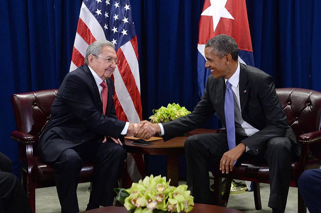 El presidente de EEUU Barack Obama (d) y el presidente de Cuba Raúl Castro (i) se saludan durante una reunión bilateral en la sede de las Naciones Unidas el 29 de septiembre de 2015, en Nueva York.