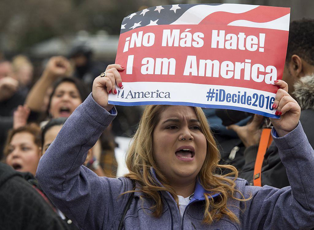 Manifestantes protestan contra las incursiones planeadas para deportar indocumentados en el parque Lafayette junto a la Casa Blanca, en Washington DC.