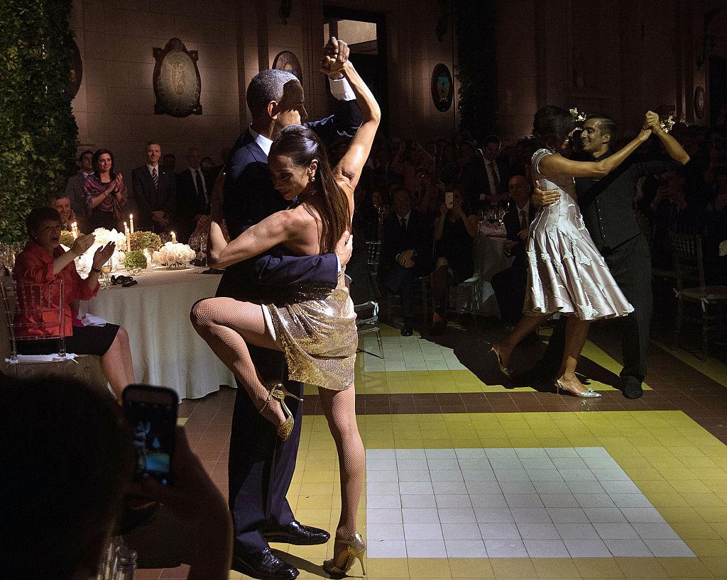 El presidente estadounidense, Barack Obama () y la primera dama Michelle Obama (2ª d) bailan tango con bailarines durante una cena de Estado en el Centro Cultural Kirchner en Buenos Aires. Foto: Getty