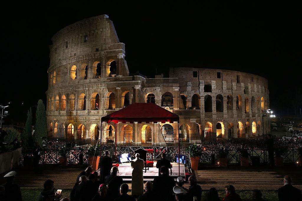 El Papa Francisco preside el Via Crucis en el Coliseo de Roma, Italia.