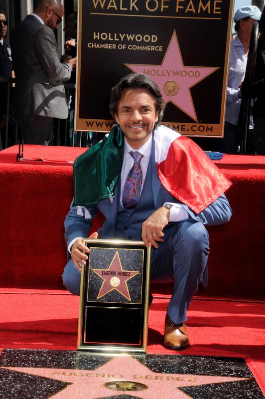 El actor demostró su orgullo de ser mexicano posando ante su estrella con la bandera de su país.