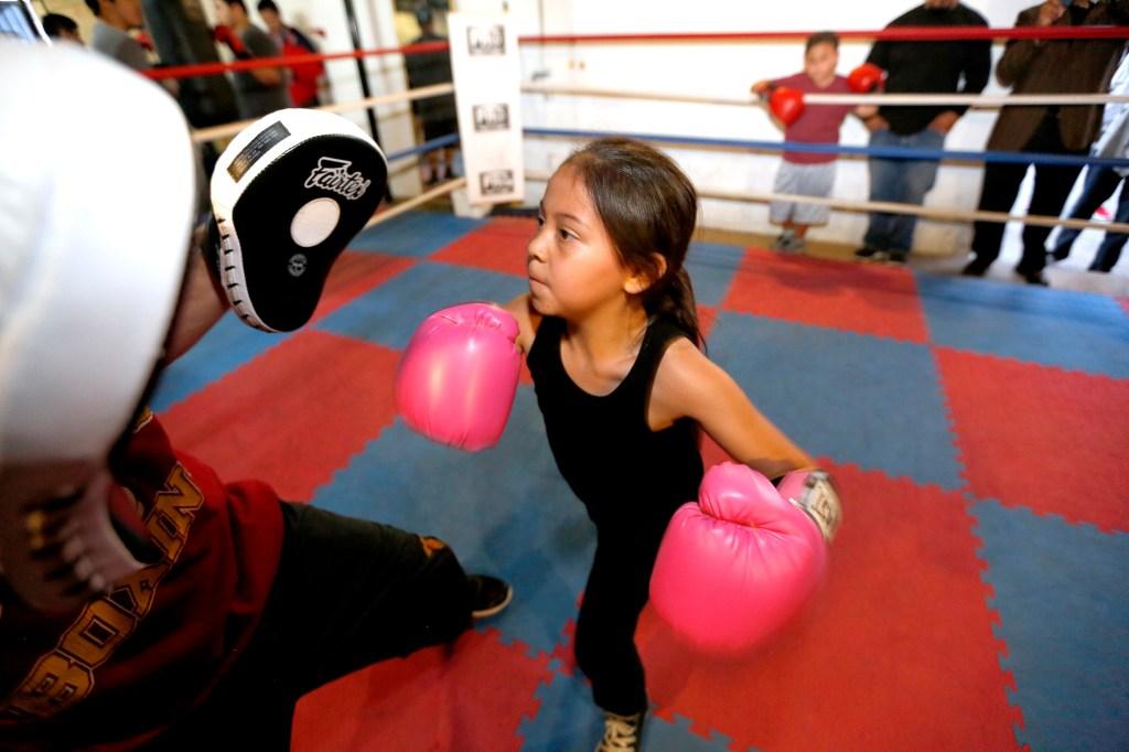 Melania Dueñas, de 9 años, cambió las muñecas por unos guantes de boxeo. (Photo by Aurelia Ventura/La Opinion)