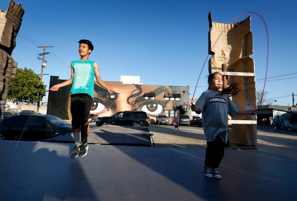 04/01/16/LOS ANGELES/ Young boxers Melania Dueñas,9, and Marvin Lopez, 14, train at the Pico-Union Boxing Club, a free neighborhood gym, for at risk children in one of Los Angeles' most densely populated and gang-afflicted neighborhoods. The gym is at risk of closing down due to no funding and its coach Jeff Sacha moving away. (Photo by Aurelia Ventura/La Opinion)