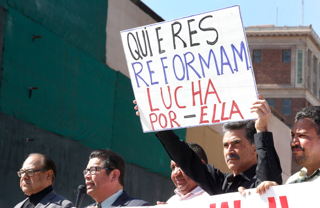 04/05/16/LOS ANGELES/A handful of community leaders hold a press conference, on the corner of Broadway and Olympic, to invite the L.A. community to celebrate the 10thÊMay Day March & Rally to win Comprehensive Immigration Reform With A Path To Citizenship. (Photo by Aurelia Ventura/La Opinion)