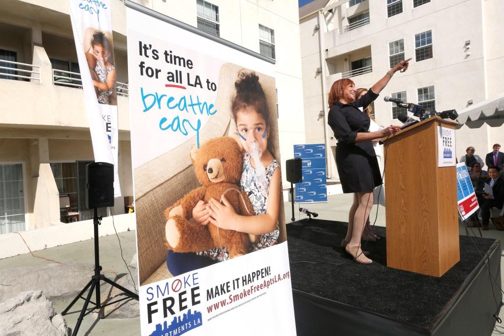 Peggy Toy, directora de la campaña UCLA-Smokefree Air for Everyone Project, durante el lanzamiento de la campaña contra el humo de segunda mano en los apartamentos de Los Ángeles. (Foto: Aurelia Ventura/La Opinion)