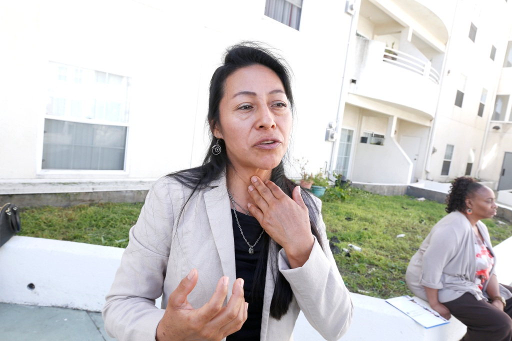 Carolina López dice el humo del cigarillo que proviene del apartamento contiguo al suyo la tiene enferma. (Foto: Aurelia Ventura/La Opinion)