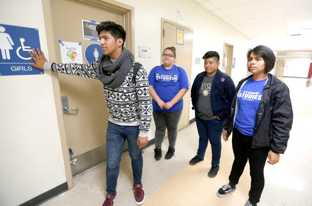 Los estudiantes recolectaron firmas para pedir los baños neutrals. (Foto: Aurelia Ventura/ La Opinion)