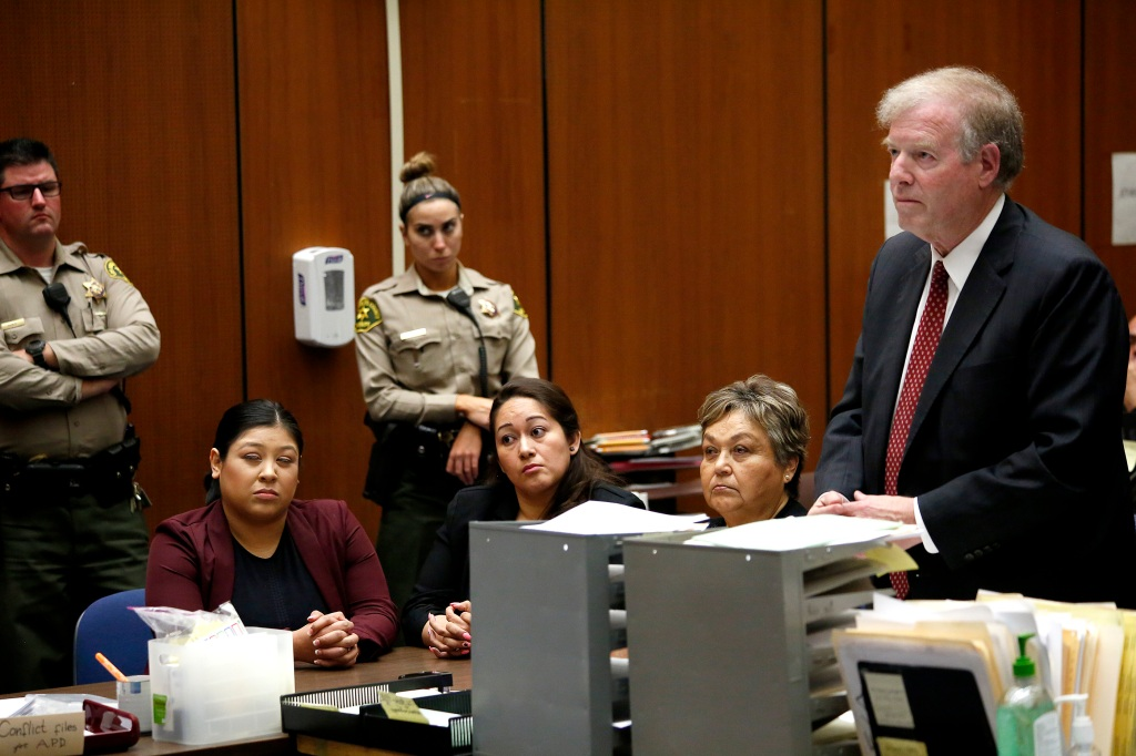 04/25/16 /LOS ANGELES / Carmen Onchi, Maria Chavez and Gloria Saucedo with attorney Mark Rosen at the Los Angeles Superior Court during their first court hearing. Gloria Saucedo is facing misdemeanor charges for improperly presenting herself as an attorney, according to Los Angeles City Attorney Mike FeuerÕs office. (Photo Aurelia Ventura/La Opinion)
