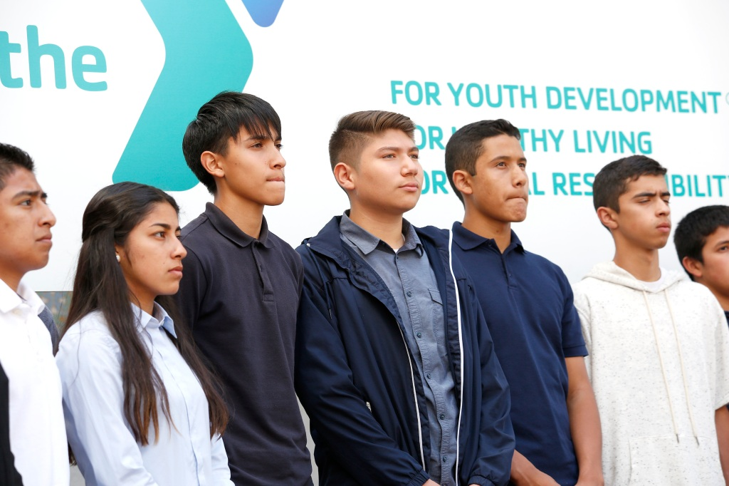 04/25/16/ LOS ANGELES/ LAUSD students during a press conference at city hall where Mayor Eric Garcetti announced ÒGet SummerÓ, an initiative in which all LAUSD teens, ages 12-17 years old, will have free access to all LA Y locations this June and July. (Photo Aurelia Ventura/ La Opinion)